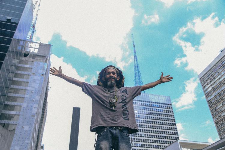 Antônio José da Silva, mais conhecido como Piauí, vende artesanato na região da avenida Paulista, desde 1991 (Foto: Greta Rodrigues)