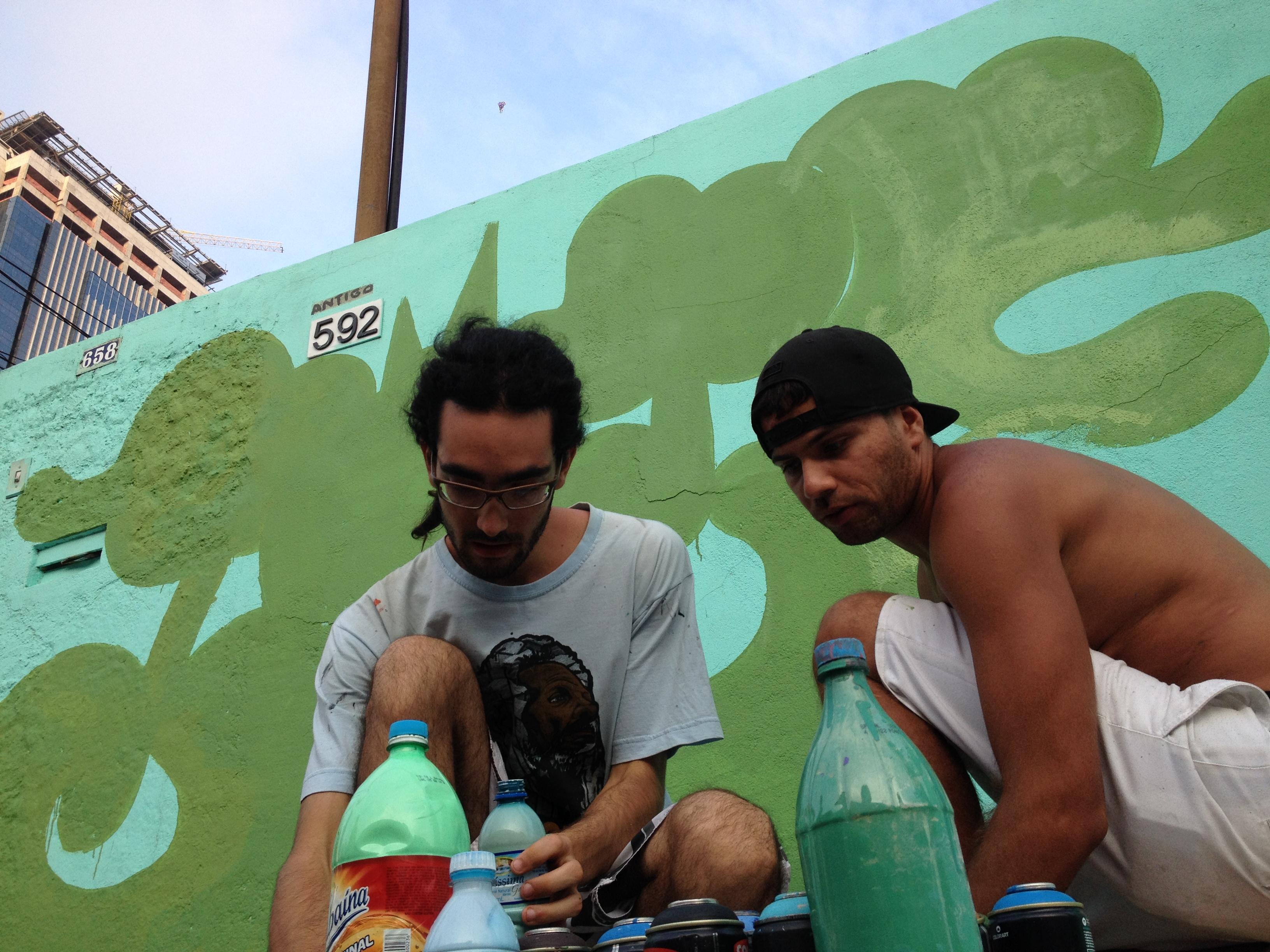 Daniel (à esquerda) e Jozé (à direita) realizando os preparativos para começarem a pintar (Foto: Theo Chacon)