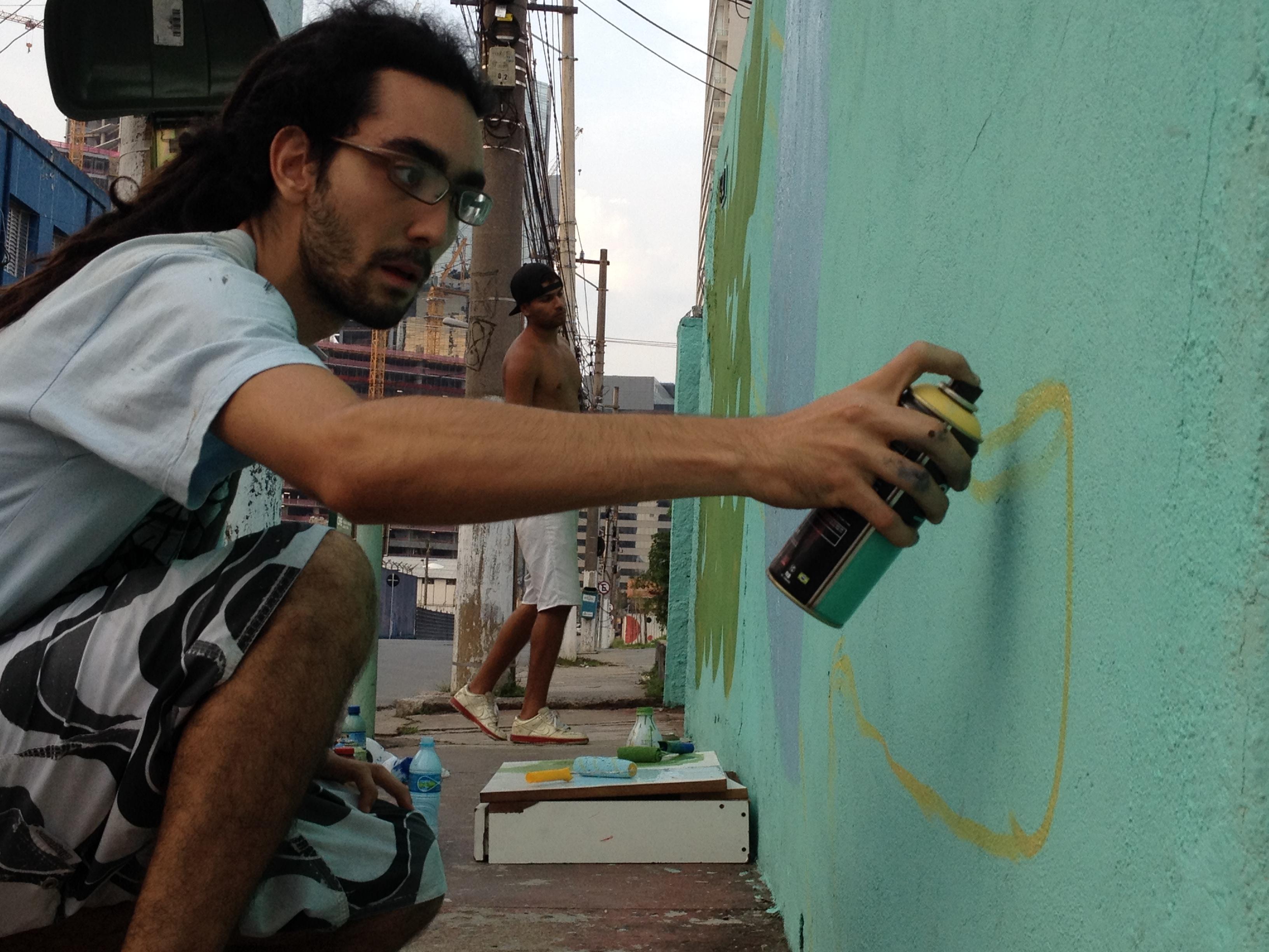 Ideia, suor e tinta: os dois desenhos no muro ficaram prontos em duas horas e meia (Foto: Theo Chacon)