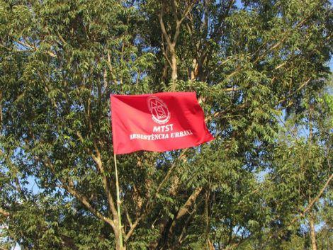 Bandeira do MTST hasteada na ocupação (Foto: Reprodução)