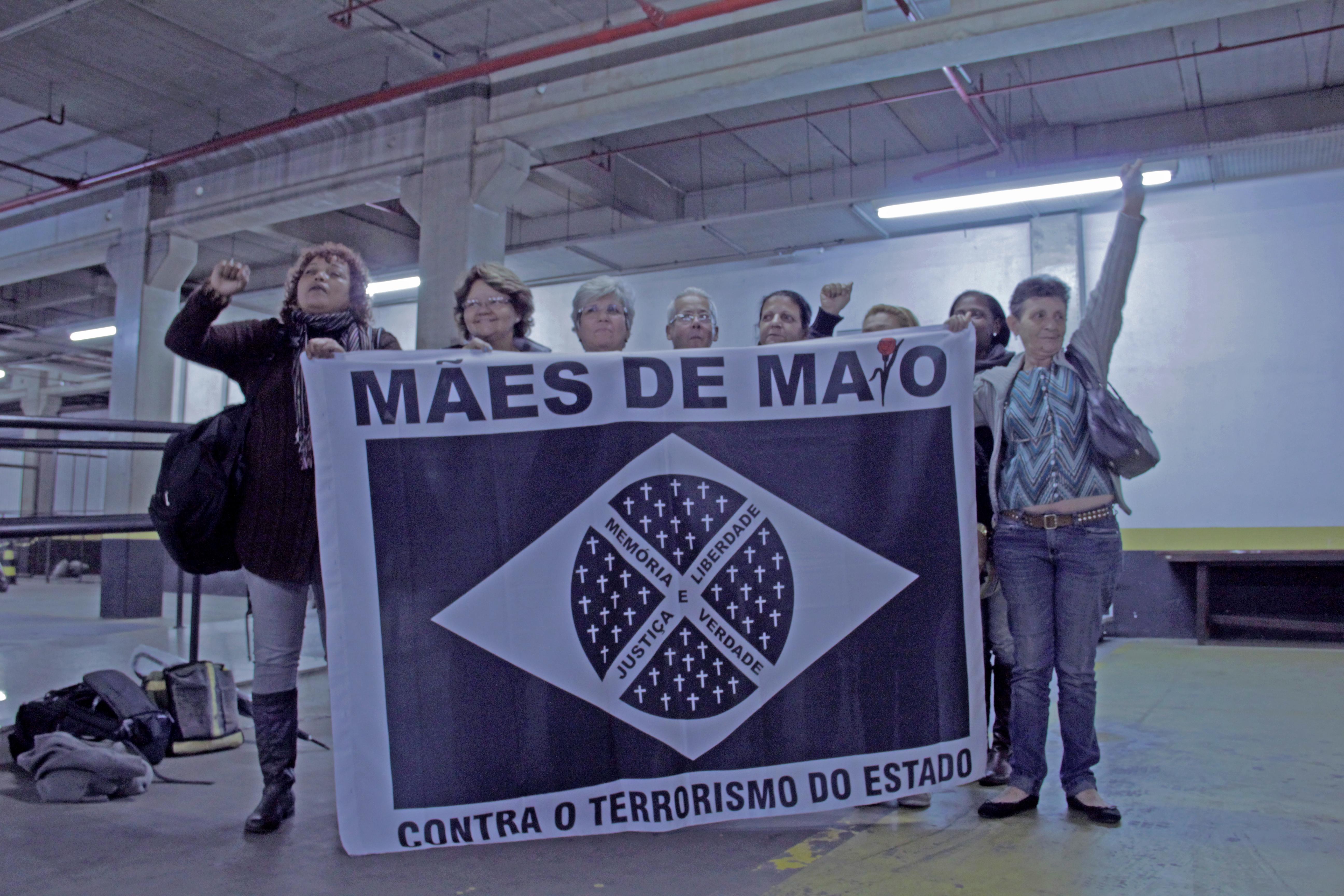 Mães de Maio junto com os pais de uma das vítimas (Foto: João Miranda)