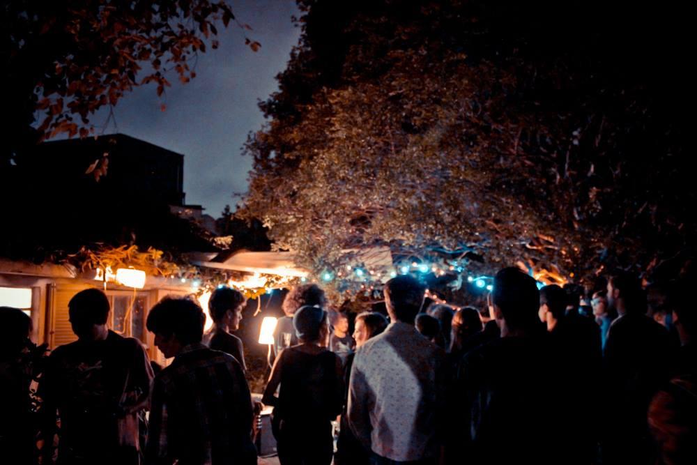 Evento da Porta Maldita no jardim de um estúdio