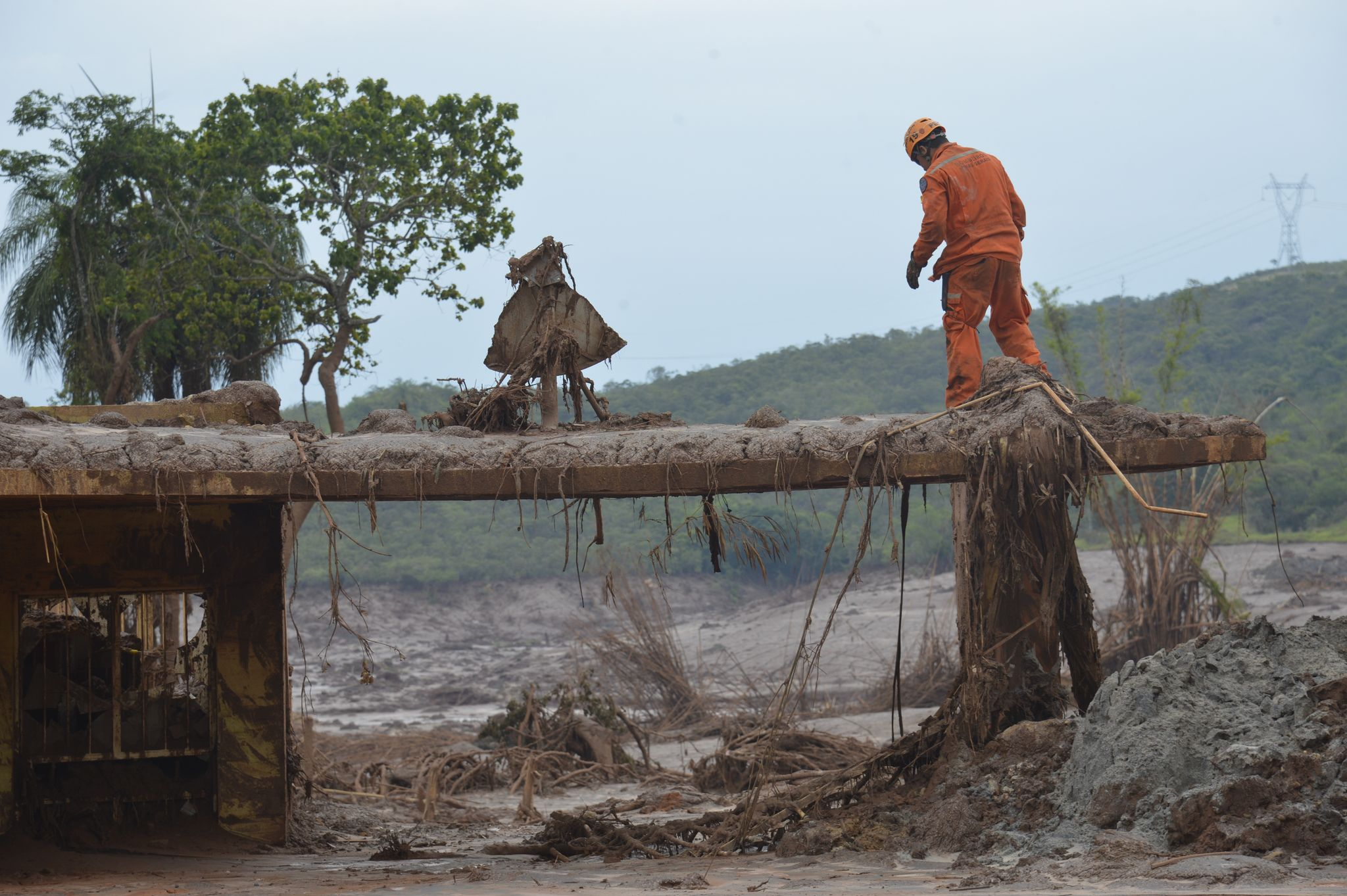Bombeiros buscam sobreviventes no distrito de Bento Rodrigues, em Mariana  - Foto: Antonio Cruz/Agência Brasil