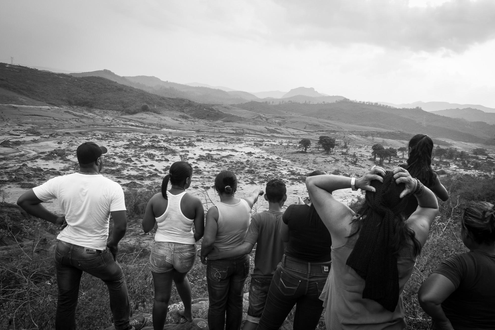 Moradores observam a catástrode do alto - Foto: Gustavo Ferreira- JL