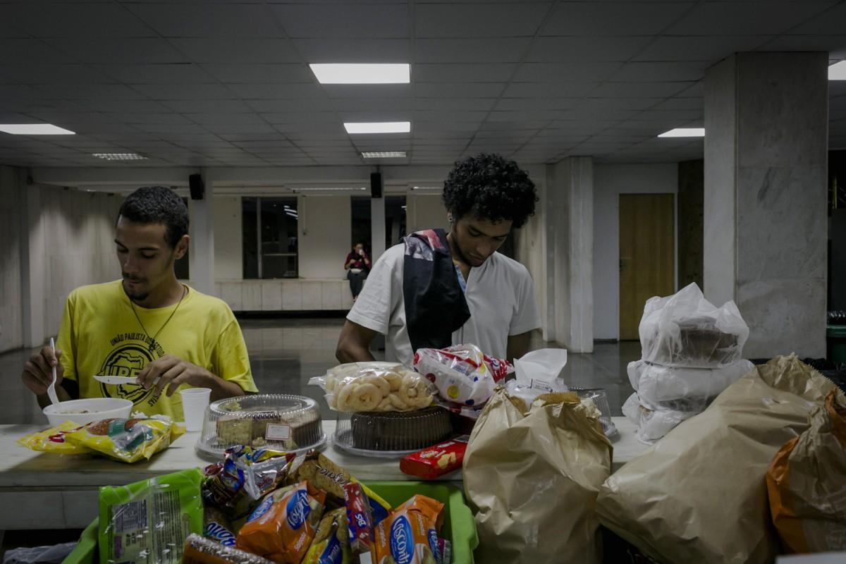 """Estudantes jantam no refeitorio ao lado do plenario, no segundo dia de ocupacao dos estudantes na Assembleia Legislativa de Sao Paulo, contra mafia da merenda escolar. Os Estudantes pedem """"CPI da merenda ja!"""", para investigacao contra o desvio de dinheiro publico da merenda escolar no governo do Estado de Sao Paulo. © Leandro Moraes"""