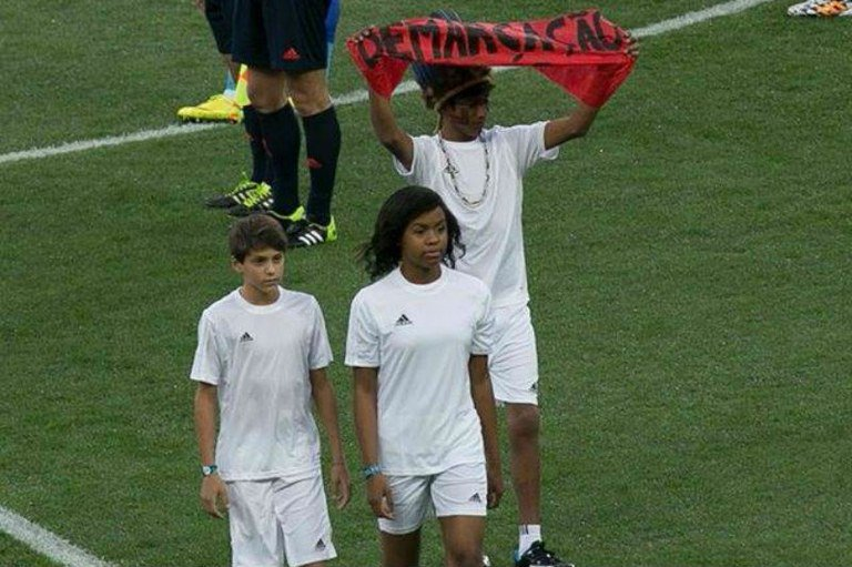 Guarani estende faixa pedindo demarcação das Terras Indígenas na abertura da Copa do Mundo de 2014 - Foto: Reprodução
