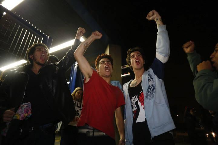 Jovens comemoram após serem liberados pela justiça