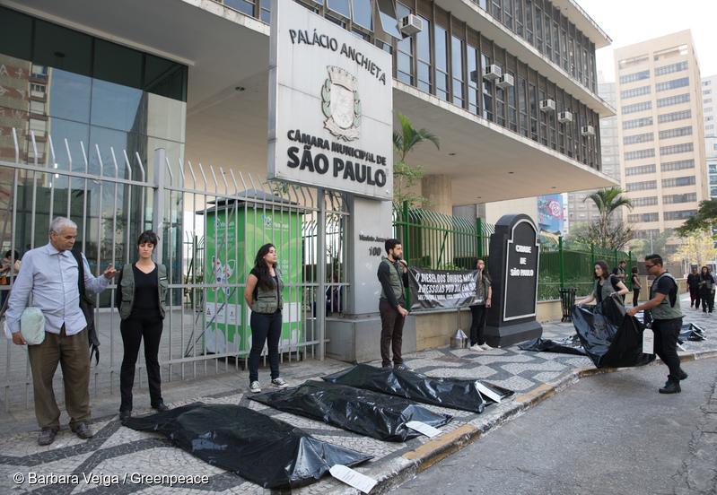 Greenpeace abre a Semana de Mobilidade com protesto por ônibus não poluentes em São Paulo.